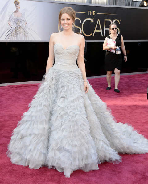 Amy Adams was wearing a feathery and fluffy Oscar de la Renta gown and she's looking all so marvelous!