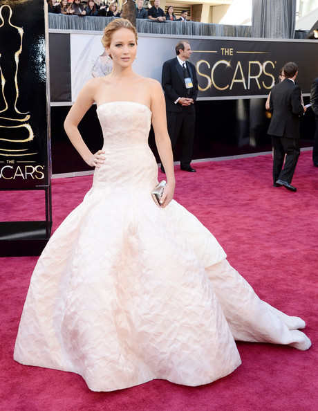 Big winner Jennifer Lawrence shines at the red carpet with her voluminous Dior gown which caused her to trip on her way to the stage to receive her Best Actress throphy.