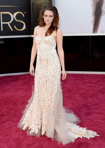 Kristen Stewart was in a very beautiful Reem Acra gown who walked the red carpet in crutches. The actress apparently had her foot cut on glass two days before the big O. With or without the crutches, Kristen is rocking this look effortlessly!