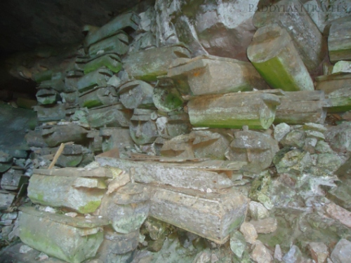 the coffins at the entrance of the Lumiang cave