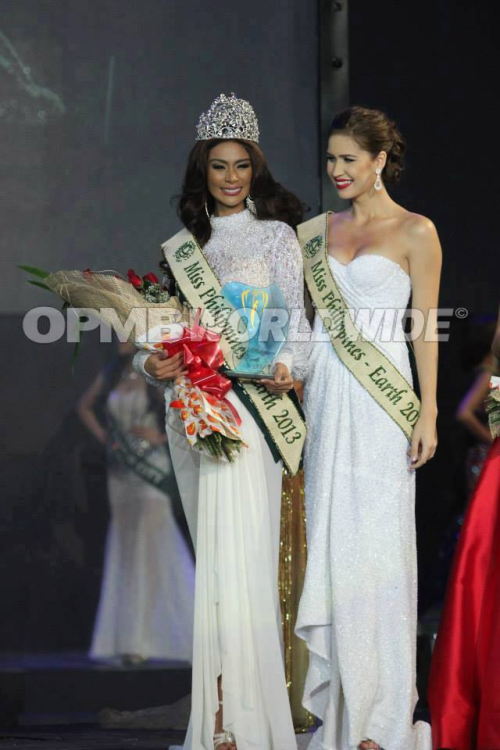 Angelee posing with Stephanie Stefanowitz during the Miss Philippines Earth 2013 Finals